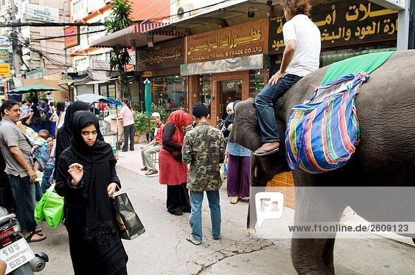 Straßenszene in der arabischen Viertel in der Nähe von Nana Station  Bangkok Thailand