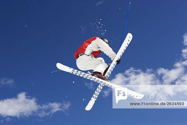 Skifahrer beim Sprungtrick