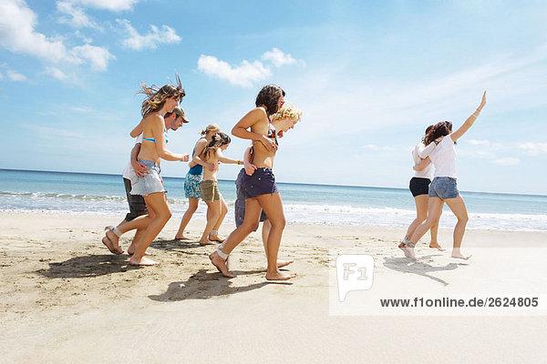 Gruppe bei einem Rennen am Strand