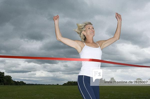 Gesunde Frau gewinnt Laufrennen