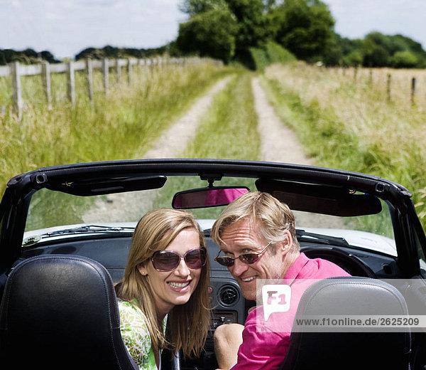 Paar im Cabriolet
