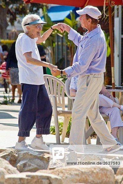 Ein Mann seine 70er Jahre und eine Frau in ihrer 80er Jahre tanzen zusammen das outdoor Band Concert in Coronado  CA  USA