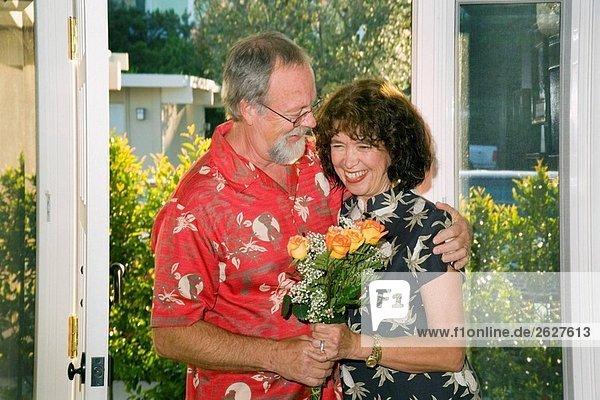 Ein Mann mittleren Alters bringt Blumen seine bislang in Laguna Niguel  CA  USA