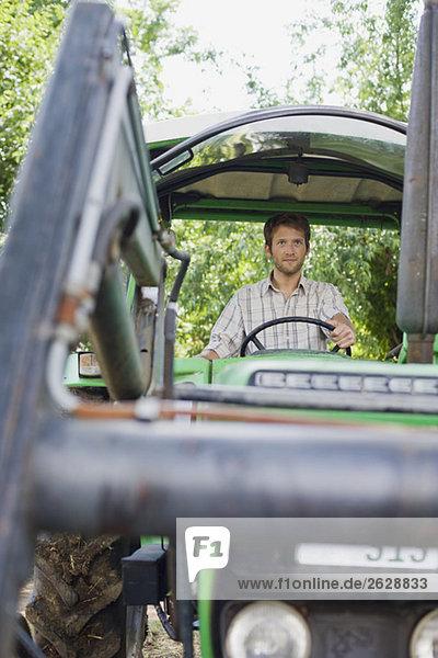 Bauer im Traktor sitzend