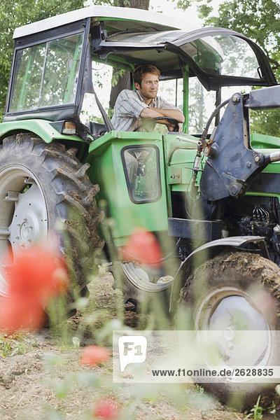 Bauer auf Traktor sitzend