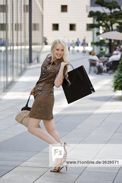 Eine junge Frau geht einkaufen  albert herum.