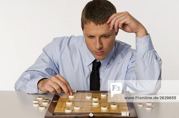 Geschäftsmann beim chinesischen Schachspiel