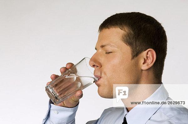 Geschäftsmann trinkt ein Glas Wasser  Nahaufnahme
