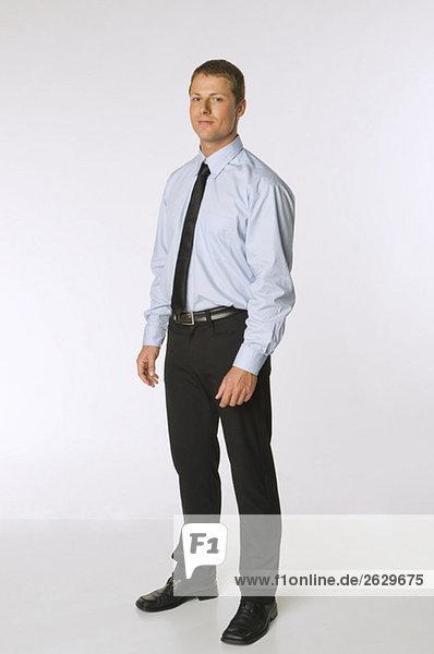 Porträt eines selbstbewusst aussehenden Geschäftsmannes