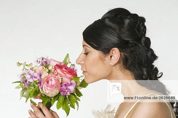 Junge Braut duftende Blumen  Seitenansicht  Nahaufnahme