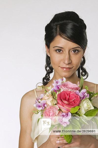 Junge Braut mit Blumen  Nahaufnahme