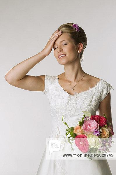 Junge Braut mit Kopfschmerzen  Portrait