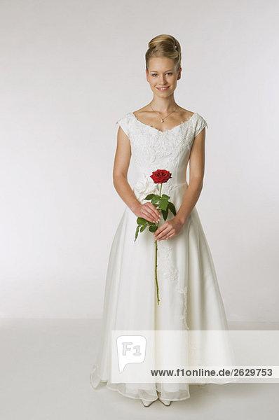 Junge Braut mit einer Rose  lächelnd  Portrait