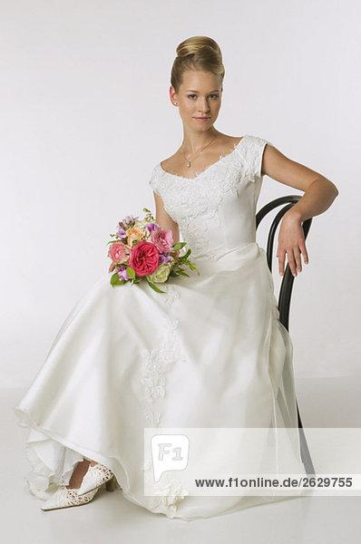 Junge Braut auf Stuhl sitzend  Portrait