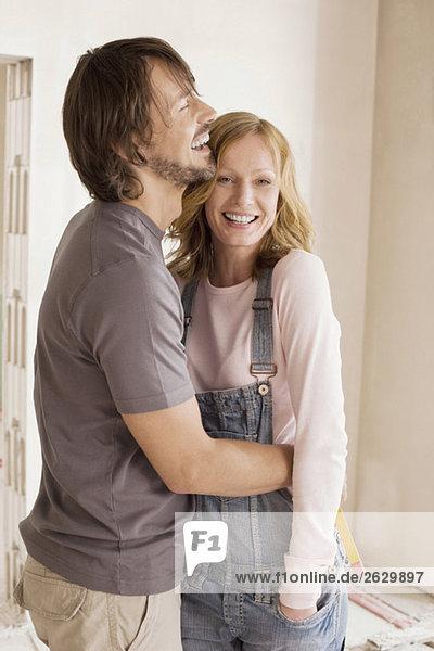 Junges Paar in einem unvollendeten Gebäude  Portrait
