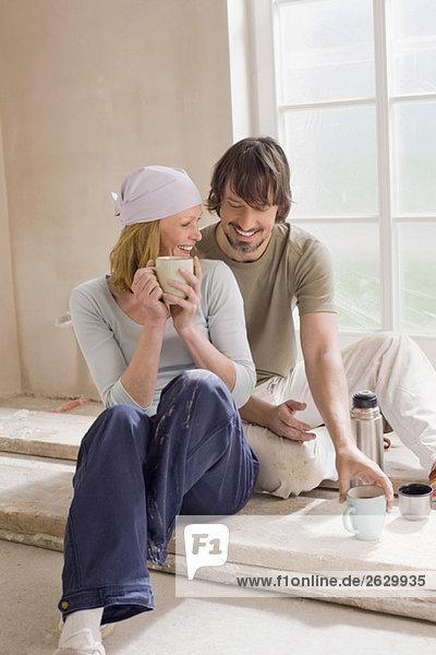 Junges Paar auf der Baustelle  macht Pause