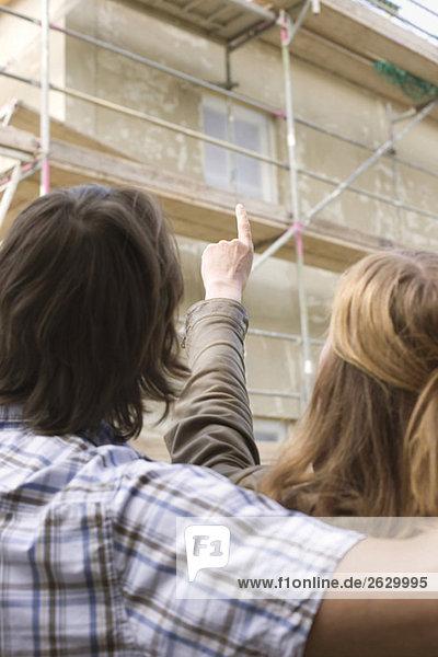 Junges Paar auf der Baustelle  Rückansicht  Nahaufnahme