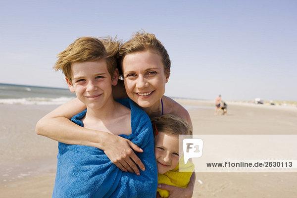Deutschland  Ostsee  Mutter mit Kindern  in Handtücher gehüllt  Portrait
