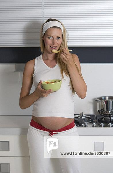 Schwangere Frau in der Küchenschale