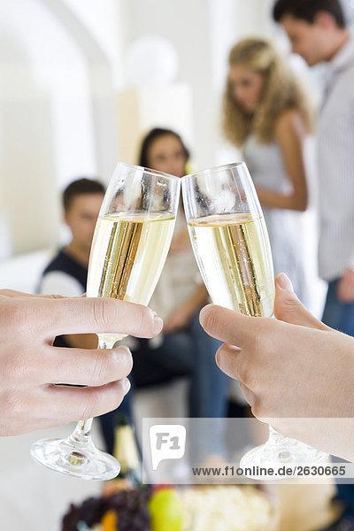 Freunde trinken Champagner auf party