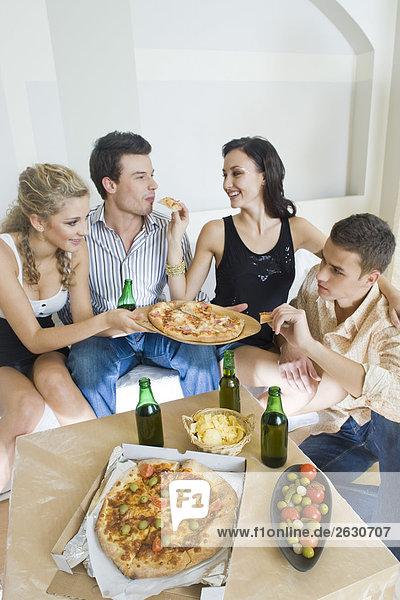 Freunde Essen pizza