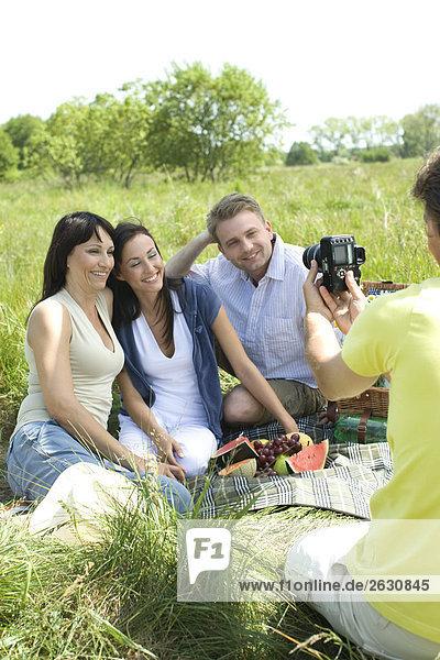 Freinds nehmen Fotos auf Picknick