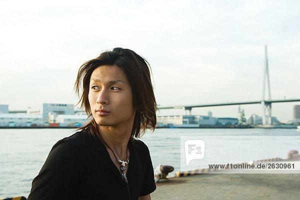 Junger Japaner am Hafen von Tempozan  Osaka  Japan