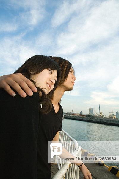 Junges Paar am Hafen stehend  Blick auf die Aussicht