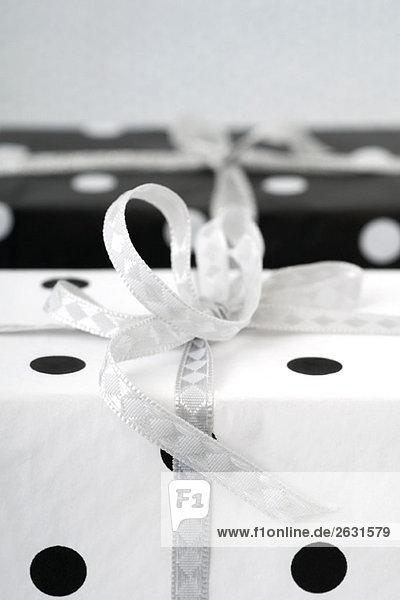 Zwei Geschenke in Geschenkverpackung