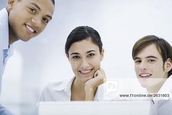 Junge Profis lächeln vor der Kamera  Porträt