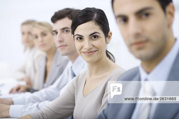 Profis aufgereiht  lächelnd in die Kamera  selektive Fokussierung