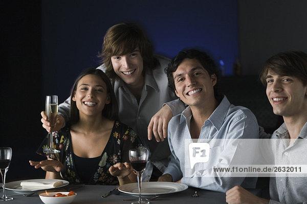 Freunde trinken im Restaurant  lächeln vor der Kamera  Porträt