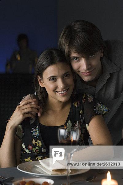 Portrait des Paares im Restaurant  Händchen haltend  lächelnd vor der Kamera