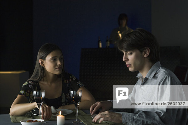 Pärchen bei einem Abendessen mit Wein in einem Restaurant