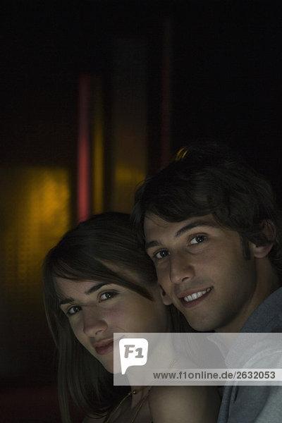 Paar posiert eng beieinander  lächelt in die Kamera  Porträt