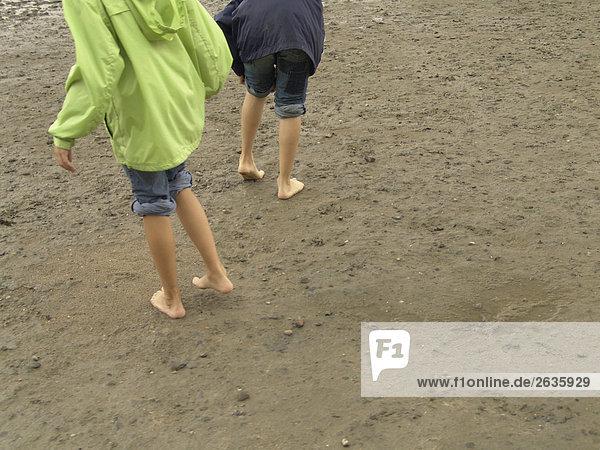 Kinder im Sand