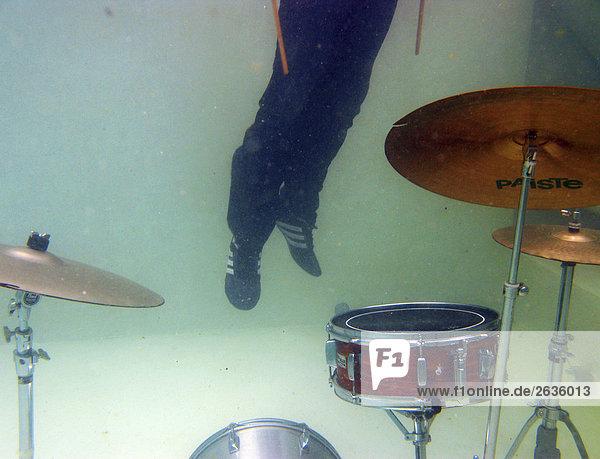 Schlagzeuger unter Wasser