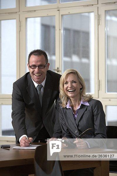 Eine Frau und ein Mann in einer Besprechung