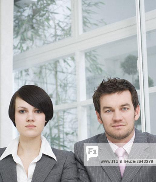 Portrait von zwei Geschäftsleute lächelnd