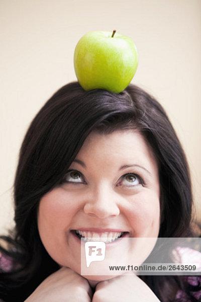 Porträt von übergewichtigen Frau Netzwerklastenausgleich Apple auf dem Kopf Porträt von übergewichtigen Frau Netzwerklastenausgleich Apple auf dem Kopf