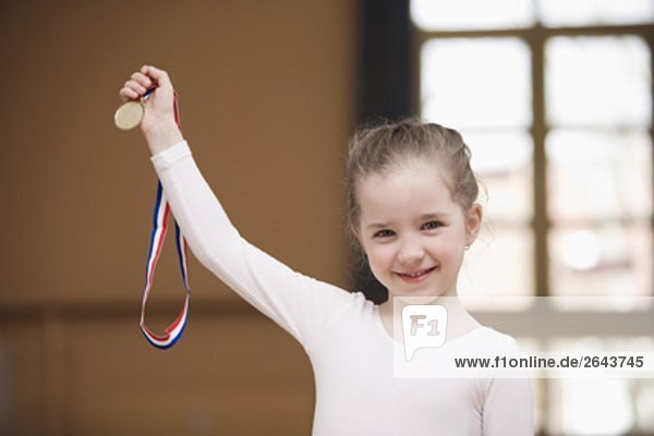 Porträt von junge Balletttänzerin hält Medaille