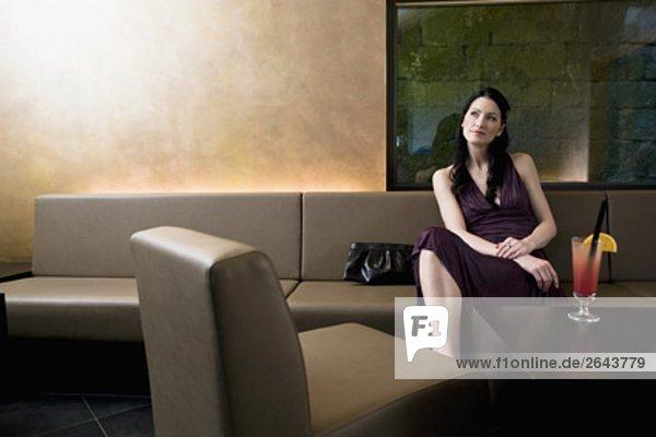 junge Frau sitzen in bar waiting
