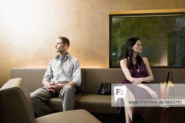 junges paar in bar auf der Suche von einander entfernt sitzt