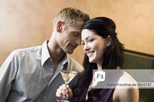 Porträt jungen Paares in bar Flirten mit einander