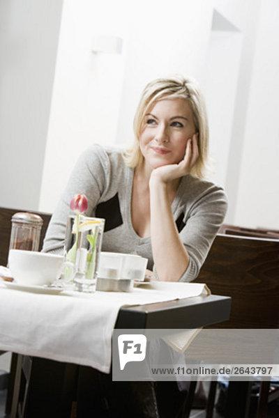 Portrait einer jungen Frau man an Restaurant Tisch