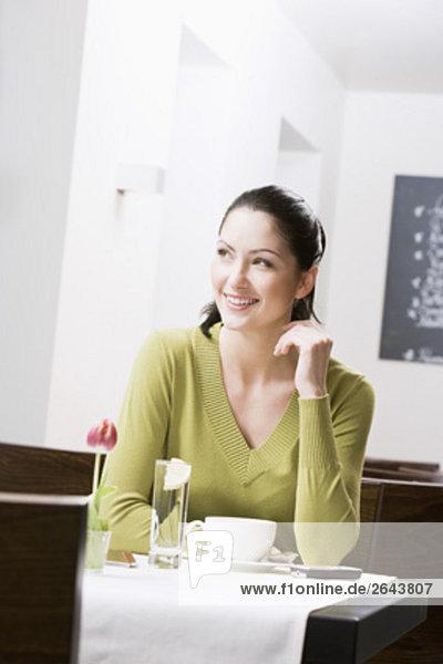 sitzend junge Frau junge Frauen Portrait Restaurant