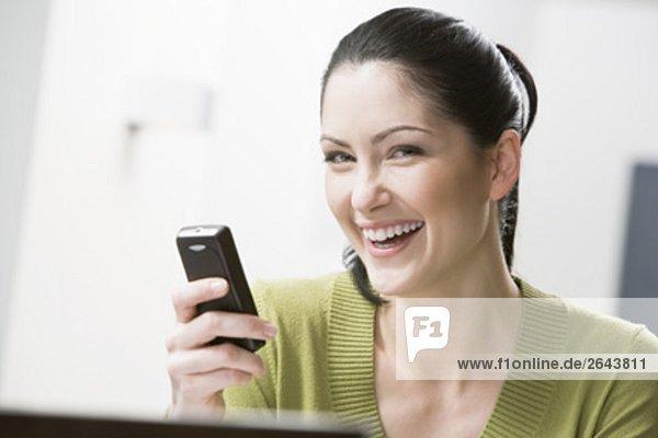 Headshot jungen Frau mit Mobiltelefon