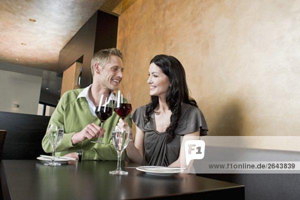 junges paar Restaurant erhöhen ihre Gläser