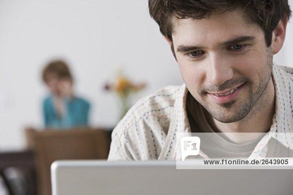 Halbportrait  Interior  zu Hause  Mann  Computer  Notebook  arbeiten  jung