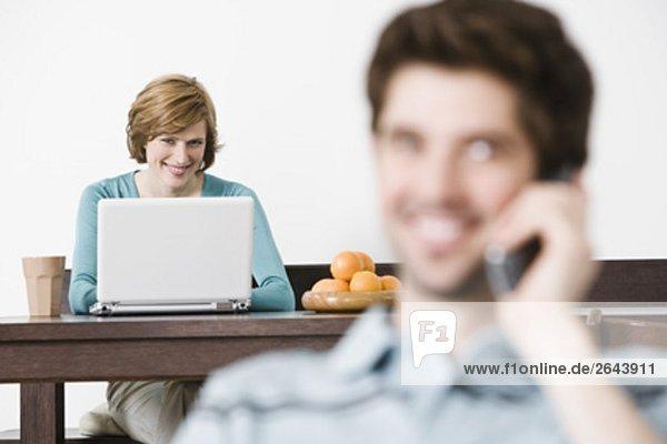 Interior  zu Hause  Frau  Computer  Notebook  arbeiten  jung